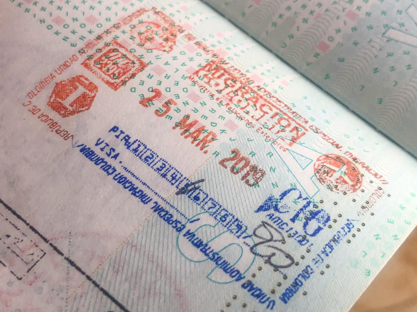 een Colombia-stempel in het paspoort